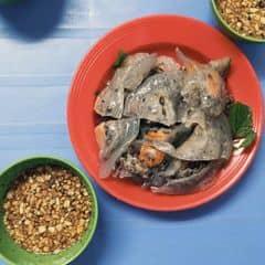 Bánh ngon, nước chấm mùi xì dầu đặc trưng là lạ, nhiều lạc nữa. Nộm bò rẻ hơn chim, lại có mấy miếng bò khô sựt sựt.