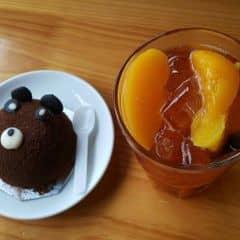 """Trời nắng nóng ly trà đào vừa mát vừa thơm uống thích cực kì ý :""""> miếng đào to, ngọt tan dần trong miệng thì chẳng có gì chê nổi cả. Kèm thêm em bánh gấu ngọt vị chocolate thì no say, xua tan mọi nóng nực lunnnnn ☆☆☆☆☆"""