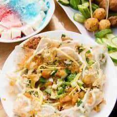 Ăn vặt thỏa thích. Hai món chắc chắn mình phải ăn khi đến quán là sữa chua dẻo cà bánh tráng cuốn. Sữa chua dèo, mềm như thạch pudding. Bánh tráng cuộn rưới mỡ hành, có tốp mỡ vừa thơm vừa béo, ăn hoài chẳng biết chán là gì. #anvat #anvatngonre #hemsaigon
