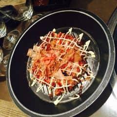 Trong hệ thống Sumo BBQ thì bánh này ở SumoBBQ Hoàng quốc việt ngon hơn 😚. Nếu bạn cực kỳ thích các món nướng và lẩu Nhật Bản thì hãy đến ngay với nhà hàng Sumo BBQ Hoàng Quốc Việt, mình là một tín đồ của nhà hàng có không gian sang trọng và tinh tế này. Ở đây bạn có thể cảm nhận được cái đậm đà của miếng thịt ướp, vị ngọt mát của salat rong biển, hơi cay cay nồng của mùi rượu sake, tiếng lách cách vui tai của miếng nướng và sắc đỏ hồng của hạt trứng cá hồi khi thưởng thức các món ăn.....quá tuyệt ^^.... Đến với nhà hàng mình thấy thật thú vị khi có thể ăn Buffet tại bàn, sẽ k lo mỏi chân nhưng vẫn thoải mái lựa chọn các món ăn mình thích.....rất hấp dẫn đúng k nào....chắc hẳn mình sẽ giới thiệu thêm nhiều bạn bè đến đây để thưởng thức hết các tinh hoa ẩm thực của nhà hàng cùng mình...hehe