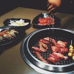 Sumo thì không bàn đến độ tươi ngon của thịt nữa. còn nhân viên ở sumo đó giờ có tiếng là lịch sự, rất quan tâm tới khách hàng. Mà nhiều khi cũng hay bị tình trạng khi đông thì nhân viên phục vụ hơi lâu. Dù là nướng không khói nhưng ăn xong vẫn bị ám mùi. VAT 10%.