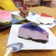 Bánh này thuộc Sakura The Japanese Cake. Các loại bánh uống cùng với trà ok. Bánh nhỏ vừa giá tiền hs-sv mà cũng mềm thơm, không xuất sắc lắm. Bánh choco ko ngon lắm, hơi buồn :(. Bánh okk nhất là Redcurrant Cheesecake (y)