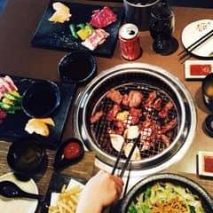 Cminh ăn 2 set này có thịt bò , nấm , sushi , canh tương , khoai chiên , salat khoai tây , nước hết 600k  3 người ăn hơi íttt   Đồ ăn thì tươi ngonnn miễn chê r!