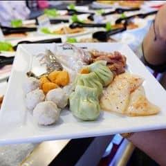 Đồ ăn đa dạng , rất tươi . Cả lẩu và đồ nướng cũng vô cùng ấn tượng và chất lượng , buffet nhiều món , bày trí đẹp ămts , hương vị rất ngon , must try đó ^^  Seoul Garden đang có chương trình khuyến mãi tặng 1 suất buffet cho nhóm 4 người và đồng thời áp dụng mức giá 269k và 349k đó