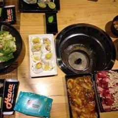 Trong các bufet, mình thích nhất là hana. Món ăn đa dang. Phục vụ okei. Không gian quán đẹp, sang trọng. Và dường như quán ko làm ct khuyến mãi gì cả. Ở đây là j cũng có. Salad, pizza, mì ý, lẩu có hết. Thịt nướng thì đủ loại. Mấy món thịt bò mỹ ướp ngon lắm nha. Mực thì hơi mặn. Salad ceasar mình thấy ngon nhất. Hàu là nhiều ng gọi nhất. Kimchi vs rong biển ở đay ngon lắm. Lẩu ở đây nhạt. Vs lại ăn lẩu no mau lắm, ko nên gọi. Ăn xong có bánh flan vs kem tráng miệng nữa.