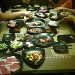 Buffet đồ nướng Nhật, giá từ 239k kakakka  SumoBBQ ở Vincom mới reopen lại mà giờ mình mới được ghé lại. Kkakka vẫn là buffet thịt nướng ăn quá xá ngon 😍, quá nhiều nên ăn xong dự là mặc sức lăn lăn =]]   Đồ ăn tha hồ quẹo lựa, từ thịt bò Mỹ đủ kiểu (bắp bò, thăn bò, ba chỉ, sườn bỏ), thịt heo, hải sản (tôm, mực, bạch tuộc babi), xúc xích xông khói, món ăn truyền thống của Nhật (udon, bánh xèo Nhật...), Vài món của Hàn... Nói chung là mình thấy nhai hoài nhai hoài mà chưa thử hết cái menu ah nha 😘 Gia vị nêm nếm khá ngon vừa vặn, không quá mặn, nướng xong vị thơm ngon của thịt vẫn còn đọng lại ở lưỡi. Mấy món nước nhìn menu cũng hấp dẫn lắm nhưng mà bụng chứa đồ ăn hết rồi nên chưa dám thử :))   Quán mới đổi vị trí, decor lại nên khá rộng rãi thoải mái hơn quán cũ. Nhân viên của Sumo ở đây vẫn vậy, nhiệt tình thoải mái, chiều khách. Hôm gia đình mình đi 4 người ở đây cảm thấy rất hài lòng hihihi ☺️   Update giá cả ở TpHCM cho mọi người nhen:  Buffet Otoku 239k/suất, từ thứ 2 đến thứ sáu  Buffet Tokusen:  - Trưa thứ 2 đến thứ 6: 289k/suất  - Tối thứ 2 đến thứ 6, cả ngày thứ 7, chủ nhật, ngày lễ 329k/suất  Chưa bao gồm 10%VAT và đồ uống  Trẻ em dưới 1m: miễn phí. Từ 1m đến 1m3: giảm 70%. Trên 1m3 tính như người lớn  #thatthemthuong #anngapmat #sumobbq