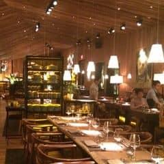 Buffet tối với không gian sang trọng, lãng mạn thuộc Gem Center. Nhân viên phục vụ nhanh, chuyên nghiệp và thân thiện.  Tip: Do các khu món ăn không gần nhau, nên các bạn đi hết 1 vòng, thử các món mỗi thứ 1 ít, trước khi quyết định càn quét các món ngon và hợp khẩu vị nhé.