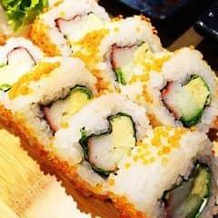 Sushi California có lớp trứng tôm lấm tấm bên ngoài ăn sần sần, chấm với xì dầu pha chút mù tạt hợp cực ý :P
