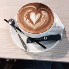 Ngồi đọc cuốn sách & nhâm nhi ly capuchino thì còn gì bằng ..🎀🎀 vị cafe ko những ngon mà còn đẹp❤️❤️ có ai nghiền capuchino như mình hemmmm 😘😘