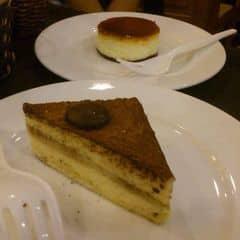 Cả 2 loại 🍰 ăn béo ngậy, khá ngon.  Tiramisu Cake 19000₫/chiếc