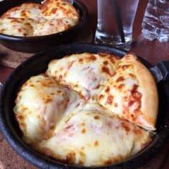 Mấy lần ăn ở Pizza hut toàn bị ghi nhầm món rồi thiếu rồi không giải thích rõ ràng menu ngay từ đầu. Gọi combo chay cho 2 người gồm 2 soup, 1 salad, xong đó gọi thêm bánh mì bơ tỏi. Lúc mang ra ko thấy salad đâu, thì phục vụ giải thích là chỉ có 1 súp và bánh mì là thay salad. Rõ ràng trong thực đơn ghi là 2 súp, hoá đơn in 2 súp. Hỏi lại thì nói là lỗi chưa sửa được. Vậy sao ko giải thích từ đầu lúc gọi món? Nói chung là ko bao h ăn đây nữa 😣