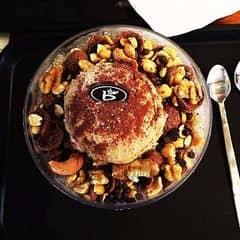 #lozisg #oursaigon - Một trong những món nên thử và đáng đồng tiền ở Bene. Một phần tuy khá là nhiều nhưng nếu nhấm nháp từ từ thì cũng hết. 1 phần coffee bingsu gồm 1 viên kem gelato vị coffee, các loại hạt, chocolate chips, ngũ cốc, có 1 chút siro chocolate, bột cacao và đá bào. Thật sự thì nếu cho mình chọn giữa coffee bingsu với monster bingsu thì mình sẽ chọn coffee bingsu vì nhìn chung cả 2 đều có chocolate nhưng coffee bingsu không làm mình cảm thấy mau ngấy và ngán như monster bingsu.