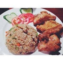 Cơm đùi gà chiên ở #highland #coffee ăn lần đầu, khá ngon. Giá hổng nhớ chính xác, đương nhiên cao so với quán ăn lề đg nhưg cơm dương châu và gà 4 miếng giòn rụm thì giá vẫn chấp nhận được. Quan trọng là đói quá thì phải ăn thôi haha :)) #food #foodholic #vietnamfood #dinner #rice #chicken #yummy #delicious #coffeeshop #hungry #saigon #hochiminhcity #vietnam #asia #2land