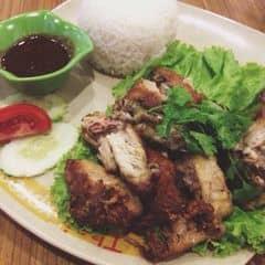 Hệ thống nhà hàng Thai express chuyên đồ ăn Thailand từ món mặn đến dessert đều mang phong cách Thái. Đồ mặn thì thiên về đồ cay và chua, nếu bạn nào k thích ăn đồ chua cay thì có thể gọi cơm gà bangkok. Đĩa cơm to mà đầy đặn lắm, cả cái đùi gà to đungf được chiên sơ qua ăn kèm với sốt chua ngọt rất đưa cơm. Cơm dẻo, hạt cơm săn k bị tơi, salat ăn kèm tươi.