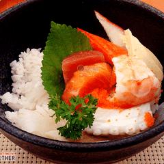 Cơm chắc cũng chỉ cỡ 1 chén nhưng rất chất lượng, hạt cơm chắc và dẻo, cơm dùng để cuộn sushi nên có thêm giấm làm ăn đỡ ngán và đỡ tanh, kèm theo đó là thành cua, trứng, tôm, nghêu, bạch tuộc, cá ngừ và cá hồi đều rất tươi và béo, ngọt thịt, có cảm tưởng ăn như vậy còn ngon hơn ăn sushi :))