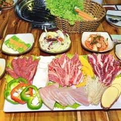 Combo thịt nướng với 4 loại thịt khác nhau, thêm 1 nồi lẩu kim chi và 4 ly nước pepsi lớn. Gogi xưa giờ là quá nổi tiếng về thịt nướng rồi hen. Đi ăn theo combo vầy thấy tiết kiệm thiệt, 4 người mỗi người tính ra khoảng 200k mà ăn được cả 4 loại thịt chất lượng của quán, lại còn có lẩu chắc bụng.