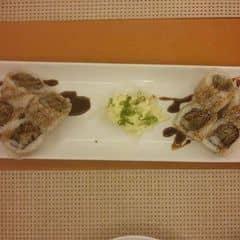 Tokyo Deli phục vụ tốt, nhân viên dễ thương. Có điều quán lúc nào cũng đông nên phải đặt chỗ trước 😄  Món Grilled US beef roll dậy mùi bò rất thơm, thịt mềm, ướp vừa miệng. Giá không quá đắt, thích hợp đi với nhóm bạn hoặc gia đình.