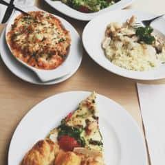 Ăn ở đây với bạn nè, mà nhiều món ngon quá trời. Pizza + Cơm phô mai bỏ lò + Cơm gì nữa đó nhưng nói chung là ngon 😍😍😍 Cực kì revommend bạn nào đi với bạn luôn đó ngar