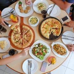 """Pizza Hut vừa cho ra mắt 1 loại pizza mới có tên gọi cực """"kool"""" là Pizza Chảo Vua với 2 loại nhân phủ độc đáo: Hải Sản & Bò Xé.   Điểm nổi bật của Pizza Chảo Vua là lớp phô mai béo ngậy hòa quyện với xốt đậm đà trong viền bánh giòn vàng bên ngoài, xốp mịn bên trong đặc trưng khi nướng bằng chảo gang của Pizza Hut.  Pizza Chảo Vua Hải Sản có nhân phủ tôm, mực, nghêu cùng rau củ. Pizza Chảo Vua Bò Xé thì ngoài thịt bò xé đầy mới lạ còn có xúc xích gà & thịt ức gà trên nền sốt mayonnaise vị chanh chua  chua ngọt ngọt, thơm ngon khó cưỡng, đảm bảo không thể quên được đâu nha!  Mỗi bánh như trong hình là size lớn (8 miếng), cho 4-5 người ăn, giá 369K/cái. Nên mua Combo có nhiều món, giá từ 269K – 399K, tiết kiệm đến 36% so với giá gốc."""