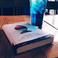 Lâu rồi mới lại về với không gian quen thuộc ở Urban. Deep Blue vẫn nhẹ nhàng như thế. Lúc nào buồn cũng gọi Deep Blue :) Quen rồi! Điểm cộng cho quán là đồ uống ngon, vừa miệng, dù là cookies, smothies hay soda hay coffee. Và ở đây hay mở nhạc US&UK hay. Ngồi uống cafe, làm việc hay đọc sách đều thoải mái.   Và lí do đến đây là để thi thoảng ngồi chụp ảnh vì view và decor trong quán khá đẹp, bắt mắt