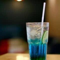 Deep Blue Soda là món lần nào vào đây cũng gọi :)) Uống khá ngon lại còn đẹp kiểu sang chảnh =))) Mà nhất là nó rẻ <3 24k/take away và 27k/stay. Trưa nắng chui tuốt lên tầng 4 vắng vẻ ngồi điều hoà mát lạnh đọc hết nửa quyển 1Q84 dày cộp xong đứng dậy nhấc mông về và chỉ mất 27k - quá rẻ cho một cuộc tình!!