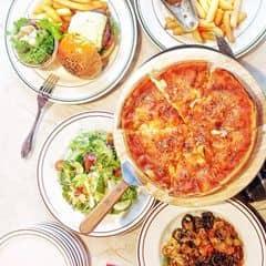 Chicago pizza với nhân triple cheese ơi sao bâyh em mới hiện diện trong cuộc đời ta em có biết ta ngóng em suốt 2 chục năm nay cả con mì đen khốn kiếp kia nữa mì gì mà ngon thấy bà nội luôn vậy 😩😩😩