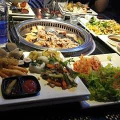 Điểm cộng trước hết là đồ ăn vô cùng tươi ngon và phong phú , được tẩm ướp đậm đà , đồ nướng trên cả tuyệt , giá cả khá okk ^^ Seoul Garden đang có chương trình khuyến mãi tặng 1 suất buffet cho nhóm 4 người và đồng thời áp dụng mức giá 269k và 349k đó