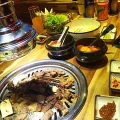 Quán nằm ở trung tâm hà nội 👌🏻 chuyên về thịt nướng Hàn quốc và đồ ăn Hàn 😘 Mình ăn theo suất buffet 299/ng ( chưa 10% vat) thấy thịt khá ngon có nhiều loại rau và salad để ăn kèm nhưng quán chỉ có các loại thịt bò và lợn nên bị ngán nhanh k có hải sản như các quán bbq khác 😖  Lẩu kimchi mình thấy ăn nhạt nhạt k cay lắm 😆 tráng miệng thì có mỗi dưa hấu 😤 Với giá buffet như thế khuyên bạn nên ăn ở king,sumo,season bbq thì ngon hơn 👍🏻