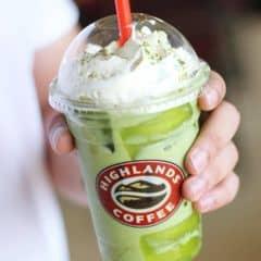 Từ hồi Highland chịu khó đầu tư thêm vị Freeze là cứ bị nghiện hoài thôi. Hôm thì uống Hazelnut, hôm thì trà xanh, ... Cảm giác uống siêu no ý, kem béo ngậy mà bột matcha quyện vào thơm nhẹ, không chát không ngọt, nói chung rất ngon. 😄😄😄  Highland còn hay có nhiều chương trình voucher nữa nên rẻ càng thêm rẻ ợ 😍