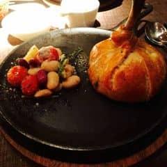 Món ăn trình bày khá đẹp mắt, khá lạ miệng nhưng hơi ngán bởi lớp bột bánh bọc bên ngoài.  Mình đi vào mùa giáng sinh nên nhà hàng trang trí cực lộng lẫy và ấm cúng. Toàn là gỗ với nến nên khung cảnh lãng mạn lắm. Giá hơi bị chát :b