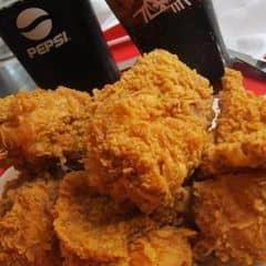 Dù KFC ngày càng phát triển menu của mình thì mình thấy Gà giòn cay vẫn là nhất. Không dễ ngán như gà truyền thống, lớp bột giòn cay dễ ăn hơn nhiều, dạo này thấy chi nhánh này chiên k ngon như trước, chưa có để ráo dầu. Ngoài gà giòn cay thích cả bánh trứng của quán nữa. Chi nhánh này khá đẹp, rộng rãi, nhân viên thì k thân thân thiện mấy. Đi 2 người tầm 120k