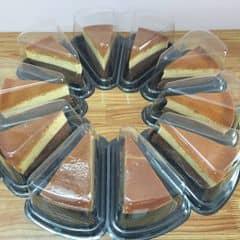 Bánh bông lan socola bên dưới mềm mịn. Lớp Flan trên béo,ngọt vừa vị rất ngon.quán có thức uống cũng ngon nữa