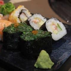 Gunkan, một loại sushi trông giống một chén cơm nhỏ với lớp rong biển muối bên trên, ăn mằn mặn kết hợp với cơm trắng bên trong rất hài hòa :>