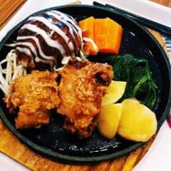 #aeonmall #lozi #food Món ăn theo phong cách Nhận Bản, Hamburger. Phần hamburger nhìn như viên xíu mại to đùng, thêm phần sốt tương ăn lạ miệng và ngon. Còn có hai cục gà chiên giòn và cà rốt+khoai tây+rau ăn kèm. Ăn ngon và no lắm nhé! ( Quán có trà đá free nữa )