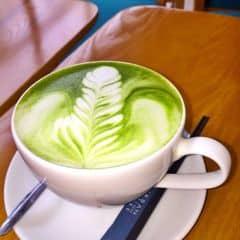 Hot Matcha latte Urban station. View đẹp, đồ uống ngọt, ngậy vừa. Matcha nóng không bị khó uống như ở Twitter beans.
