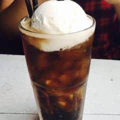 Kem dừa béo, bên trên có dừa khô. Coke ngọt mát . Ly trông đẹp mắt. Quán tối nhưng hợp tâm trạng và nhạc khá ok