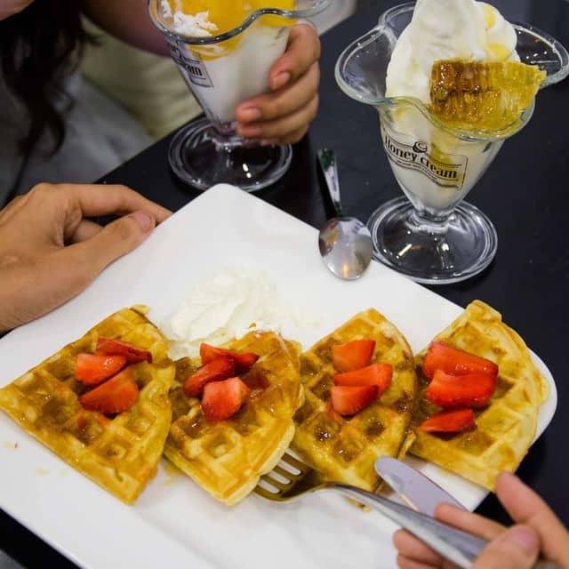 Kem tươi + waffle của Ngoc Hue Bui tại Honey Cream - Nguyễn Thị Minh Khai - 108539