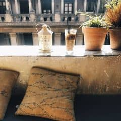 Mấy hôm trước, giờ này là còn ngồi lê la cafe cafáo , hôm nay ai cũng bắt đầu đi làm lại, ko ai cafe buổi trưa nữa rồi :(  Mình thích đi cafe buổi trưa hơn là buổi tối dù biết là trưa nắng nóng lắm nhưng cứ thích thế, vì nó yên tĩnh và vắng vẻ , ko ồn ào đông đúc :']  Có mỗi ng yêu Linh béo là chịu đi trưa nắng thôi :( Mấy đứa khác toàn sợ đen :|  Tụi mình là da trắng ko sợ nắng há =))))))))  @kenbi.jung