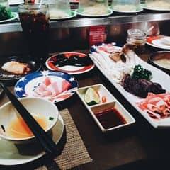 #happykichi Mới vào được dọn ra sẵn một set ăn kèm với lẩu có thịt bò với nấm cực kì hấp dẫn nè. Nhìn thích mê luôn.