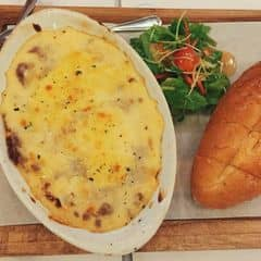 ngon nhưng hơi bị ngấy 😳. cái này phải 4-5 người ăn vì nó khá to và nhanh ngấy 😂😂. nhiều cheese và thịt bò 😎😎