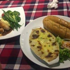 Thịt bò nghiền bỏ lò với mỳ lá, xốt bachamel với pho mai dùng kèm bánh mỳ nướng bơ tỏi và xa lát. Hấp dẫn đó chứ