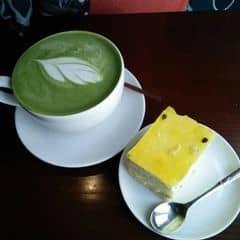 Latte trà xanh sữa nóng + mousse chanh leo của Vẹo Péo tại Urban Station Coffee Takeaway - Xuân Thuỷ - 328994