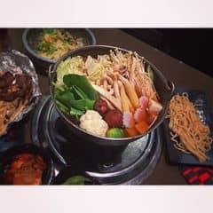 Còn j chuẩn hơn để kết thức bữa ăn thịnh soạn là 1 nồi lẩu. Nc lẩu thanh mát ăn kèm rau xanh và nấm tươi.