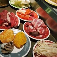 #happykichi - Một góc nhỏ của chúng mềnh 😅 😅 😅  Nhiều dĩa gộp lại đó, cho nó gọn thui hehe. Ban đầu di shopping gần vincom, qua đó ai dè đông quá nên lội qua lại nguyễn văn trỗi, trưa khá là vắng nên thế giới này là của chúng mềnh luônnnnn. Thịt bò, heo, gà, gan đều có. Mà ăn ba rọi thì đỡ ngán hơn đó. À có bạch tuộc babe nữa ;)) cua farci luôn, chưa bao giờ yêu kichi như lúc này ❤️❤️❤️❤️