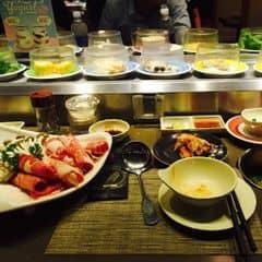 Mình ăn lẩu Thái, nước lẩu rất ngon. Có nhiều món nhúng lẩu: bò Mỹ, cá hồi, mực, tôm, nấm, rau, mỳ Nhật, kimchi, há cảo,... nhưng ngon nhất vẫn là bò Mỹ 😍 ăn thoải mái luôn ☺️ #happykichi