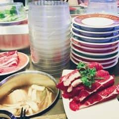 🔵 Kichi kichi, nếu cỡ 2 năm trc thì kichi là 1 địa điểm khá lý tưởng nhg về sau gần đây thì mình thấy kichi k cạnh tranh đc so với các nhà hàng khác, nhg hôm đấy thấy thèm nên quay lại 🔵 Giá là 229k/ng, cũng nhiều lựa chọn tren băng chuyền thịt hèo, thịt bò, tôm, mực, cá viên, thanh cua, nấm các loại, rau các loại, mỳ...; kbiet vì s hôm mình đi đc free thêm đĩa bò Mỹ như trên hình 😽😽😽. Mình hay chọn lẩu Tứ Xuyên hoặc lẩu Thái. Ngoài ra có thêm mấy món sushi, đồ chiên nữa  🔵 Mình hay gọi trà teapot, 50k/bình và gọi thêm tráng miệng là kem #happykichi