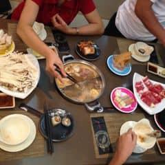 Buffet lẩu ngon ngon. Muốn ăn bàn lẩu giống mình thi9 đi đông nhen, được ăn 1 lúc 2 loại lẩu lun hehe >_< Đồ ăn trên băng chuyền bao la, ăn hoài ko hết luôn. #happykichi #yummy