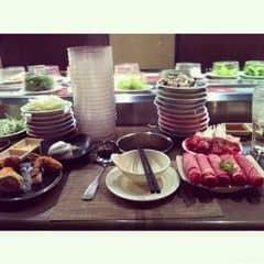 #happykichi - Chi nhánh này xa trung tâm nên đc cái vắng, ngồi phẻ re ko bị chật chội  😎. Nếu lẩu ngon nhất vẫn là Tây Tạng, cay xé lưỡi luôn. Phái nhất vẫn là bò cuộn kim châm, bỏ vào nước lẩu ngọt hơn, bò với nấm cũng ngon nữa. Có sushi, dimsum, ghẹ, tôm gì tè le hột me luôn 😹, thử mỗi món 1 tí cho biết thoai. Giá trên chưa bao gồm VAT nha.