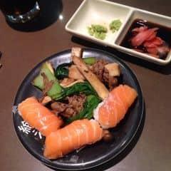 Lần nào đi ăn ở đây xong cũng thấy hài lòng vô cùng. Tuy thịt bò hơi ít nhưng tính ra một bữa cũng ăn dc 5 - 6 đĩa thịt bò. Thích thâi độ phục vụ của mấy bạn nhân viên, rất chu đáo và lịch sự, quên đem khăn lạnh ra mình gọi thì xin lỗi rối rít.  Quầy sushi hem đa dạng lắm nhưng ăn lai rai chờ lẩu cũng ổn.