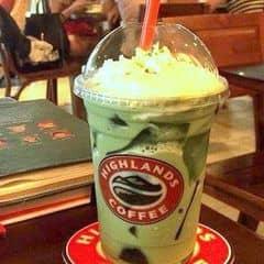 Jellymatcha ngon tuyệt. Trà xanh ở đây mùi vị không như matcha mà là mùi trà Việt Nam , dù sao cũng là một sự đổi mới . Nhiều người chê nhưng mình khá thích vị trà này .  Trà xanh pha sữa chất lượng , jelly ăn vui miệng bớt ngán , cái kem whipped ở trên cũng bao béo luôn ( ghiền kem này của highland nhất )